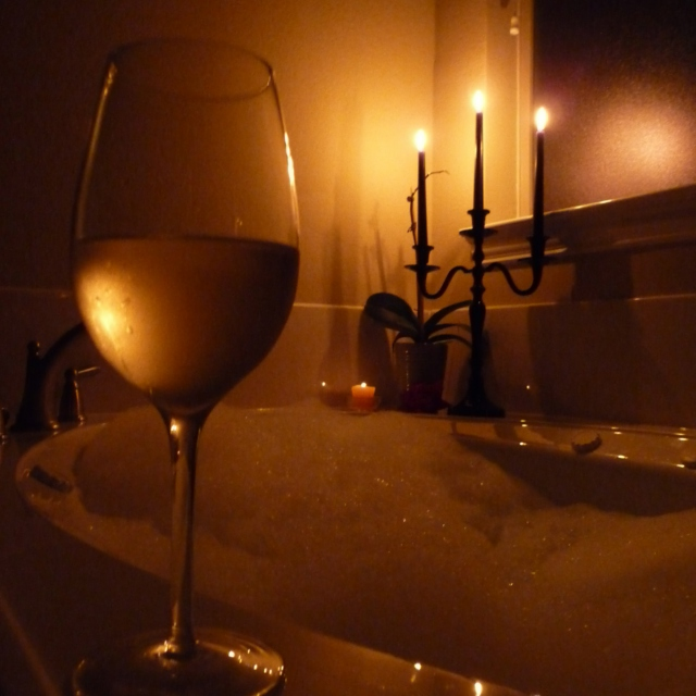 źródło: http://8tracks.com/katylurb/a-nice-warm-bubble-bath-and-a-glass-of-wine